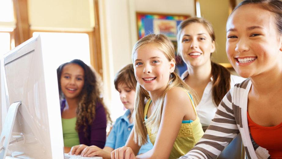 Barn i skolan vid en dator